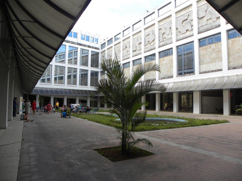 La cour intérieure du musée, baignée de fraicheur et d'ombre avec ses 2 préaux de chaque côté …Appréciable !  8ème billet -| L'histoire de Cuba à travers ses artistes cour 1024x768