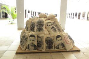 Hall d'entrée du Musée : une sculpture à la mémoire des esclaves, faite de sacs de sucre empilés  8ème billet -| L'histoire de Cuba à travers ses artistes sac 300x199